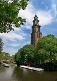 Amstel Fluss und Westerkerk Kirche in Amsterdam. lizenzfreie stockbilder