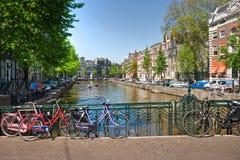 Amsterdão, canal e bicicleta. imagem de stock