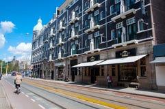 AMSTERDÃO 30 DE ABRIL: O P C Rua da forma de Hooftstraat com os tipos da roupa luxuosa o 30 de abril de 2015 Foto de Stock Royalty Free