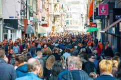 AMSTERDÃO 27 DE ABRIL: Os locals e os turistas dos milhares comemoram o Dia do rei na rua em abril 27,2015 de Amsterdão, os Paíse Imagens de Stock Royalty Free