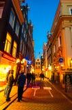 AMSTERDÃO 27 DE ABRIL: Vida noturno na rua do estreito de Amsterdão no distrito de luz vermelha em abril 27,2015, os Países Baixo Foto de Stock