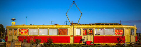 AMSTERDÃO - 15 DE AGOSTO: Bonde vivo velho em NDSM-werf - a comunidade cidade-patrocinada da arte chamou Kinetisch Noord Foto de Stock