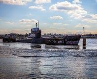 AMSTERDÃO - 15 DE AGOSTO: Submarino velho em NDSM-werf - a comunidade cidade-patrocinada da arte chamou Kinetisch Noord Fotografia de Stock Royalty Free