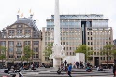 Amsterdão, o 29 de maio de 2013 holandês Turistas no quadrado da represa, Amsterdão Imagens de Stock Royalty Free
