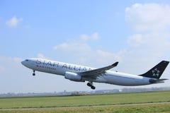 Amsterdão os Países Baixos - 2 de abril de 2017: C-GHLM Air Canada Airbus A330 Fotos de Stock Royalty Free
