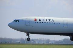 Amsterdão os Países Baixos - 2 de abril de 2017: N814NW Delta Air Lines fotografia de stock