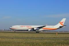 Amsterdão os Países Baixos - 24 de fevereiro de 2018: PZ-TCR Surinam Airways Airbus A340-300 Fotografia de Stock