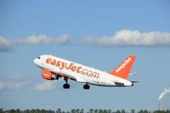 Amsterdão os Países Baixos - 3 de maio de 2018: EasyJet Airbus A319-100 de G-EZAF Imagens de Stock Royalty Free