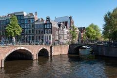 Amsterdão, os Países Baixos, em maio de 2018: Vista bonita e romântica dos canais e das casas típicas do patrimônio mundial cit d fotografia de stock