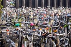 Amsterdão, os Países Baixos - 18 09 2015: Estacionamento da bicicleta no Fotos de Stock Royalty Free