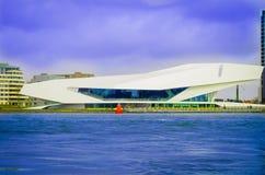 AMSTERDÃO, PAÍSES BAIXOS, ABRIL, 23 2018: O instituto do cinema do OLHO que constrói sobre em Amsterdão Em abril de 2012, a rainh Foto de Stock Royalty Free