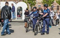 Amsterdão, Países Baixos - 31 de abril de 2017: O departamento da polícia handhaving que tem um olhar nas ruas da cidade Fotografia de Stock