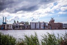 AMSTERDÃO, PAÍSES BAIXOS - 14 DE AGOSTO DE 2016: Construções industriais famosas do close-up da cidade de Amsterdão Opinião geral Imagens de Stock Royalty Free