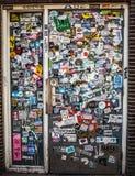 AMSTERDÃO, PAÍSES BAIXOS - 15 DE AGOSTO DE 2016: A parede da rua cobriu etiquetas coloridos numerosas o 15 de agosto em Amsterdão Imagem de Stock