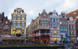 Amsterdão, Países Baixos - 14 de dezembro de 2017: As construções da cidade de Amsterdão Fotos de Stock Royalty Free