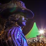 AMSTERDÃO, PAÍSES BAIXOS - 19 DE DEZEMBRO DE 2015: As figuras de bronze dos soldados no quadrado central da cidade iluminaram-se  Imagem de Stock