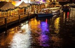 AMSTERDÃO, PAÍSES BAIXOS - 17 DE JANEIRO DE 2016: Barco do ruise do ¡ de Ð em canais da noite de Amsterdão o 17 de janeiro de 201 Imagem de Stock