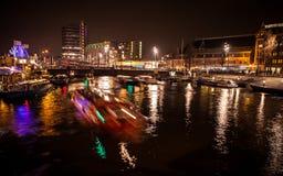 AMSTERDÃO, PAÍSES BAIXOS - 17 DE JANEIRO DE 2016: Barco do ruise do ¡ de Ð em canais da noite de Amsterdão o 17 de janeiro de 201 Foto de Stock