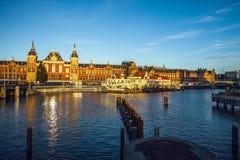 AMSTERDÃO, PAÍSES BAIXOS - 15 DE JANEIRO DE 2016: Construções famosas do close-up do centro de cidade de Amsterdão em tempo ajust Fotos de Stock Royalty Free