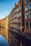 AMSTERDÃO, PAÍSES BAIXOS - 15 DE JANEIRO DE 2016: Construções famosas do close-up do centro de cidade de Amsterdão em tempo ajust Foto de Stock