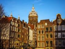 AMSTERDÃO, PAÍSES BAIXOS - 15 DE JANEIRO DE 2016: Construções famosas do close-up do centro de cidade de Amsterdão em tempo ajust Imagem de Stock Royalty Free