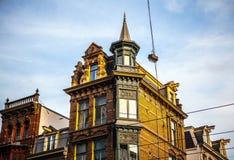 AMSTERDÃO, PAÍSES BAIXOS - 15 DE JANEIRO DE 2016: Construções famosas do close-up do centro de cidade de Amsterdão em tempo ajust Fotografia de Stock Royalty Free
