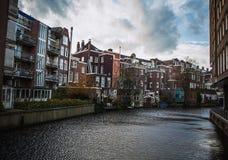 AMSTERDÃO, PAÍSES BAIXOS - 15 DE JANEIRO DE 2016: Construções famosas do close-up do centro de cidade de Amsterdão em tempo ajust Imagem de Stock