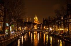 AMSTERDÃO, PAÍSES BAIXOS - 22 DE JANEIRO DE 2016: Ruas da cidade de Amsterdão na noite Ideias gerais da paisagem da cidade o 22 d Foto de Stock