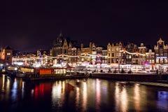 AMSTERDÃO, PAÍSES BAIXOS - 22 DE JANEIRO DE 2016: Ruas da cidade de Amsterdão na noite Ideias gerais da paisagem da cidade o 22 d Imagem de Stock Royalty Free