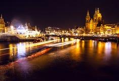 AMSTERDÃO, PAÍSES BAIXOS - 22 DE JANEIRO DE 2016: Ruas da cidade de Amsterdão na noite Ideias gerais da paisagem da cidade o 22 d Imagem de Stock