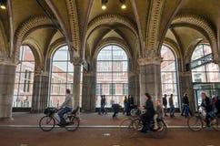 Amsterdão, Países Baixos - 6 de maio de 2015: Os povos na entrada principal do Rijksmuseum passam Fotografia de Stock