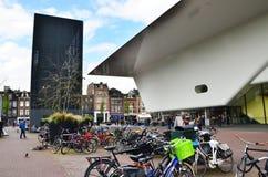 Amsterdão, Países Baixos - 6 de maio de 2015: Os povos visitam Stedelijk famoso Musem em Amsterdão Fotografia de Stock Royalty Free