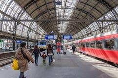 Amsterdão, Países Baixos - 7 de maio de 2015: passageiro na estação da central de Amsterdão Amstel Imagem de Stock Royalty Free