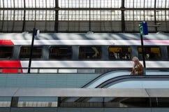 Amsterdão, Países Baixos - 7 de maio de 2015: passageiro na estação da central de Amsterdão Amstel Fotografia de Stock