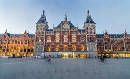 Amsterdão, Países Baixos - 8 de maio de 2015: Povos no estação de caminhos-de-ferro da central de Amsterdão Imagem de Stock