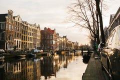 Amsterdão, Países Baixos, o 2 de janeiro de 2017: Vista de casas tradicionais em Amsterdão Países Baixos Europa Por do sol noite imagens de stock