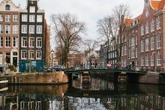 Amsterdão, Países Baixos, o 2 de janeiro de 2017: Vista de casas tradicionais em Amsterdão Países Baixos Europa Por do sol noite imagem de stock royalty free
