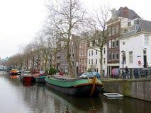 Amsterdam łódź i domy stwarzają ognisko domowe na wodnych kanałach 0986 Obraz Stock