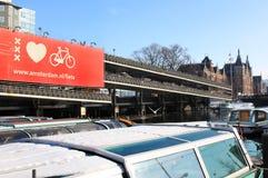 amsterdam велосипед cs Голландия шлюпок ближайше стоковые изображения rf