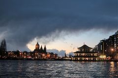 Amsterdam aftonljus royaltyfria bilder
