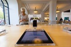 Amsterdam Apple lagerinre Arkivfoton