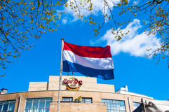 AMSTERDAM-APRIL 30 :荷兰旗子和硬石餐厅标志在backgroud 4月30,2015 库存图片