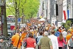 AMSTERDAM - 26. APRIL: Amsterdam-Kanäle voll von Booten und von Leuten Lizenzfreie Stockbilder