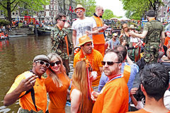 AMSTERDAM - 26. APRIL: Amsterdam-Kanäle voll von Booten und von Leuten Stockfotografie