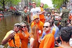 AMSTERDAM - APRIL 26: Amsterdam kanaler mycket av fartyg och folk Arkivbild