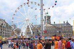 AMSTERDAM - 26. APRIL: Auf den Verdammungsquadratleuten, die Königtag feiern Stockbild