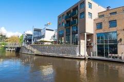 30 Amsterdam-APRIL: Beroemd Aran Pub op Amsterdam met Holland Casino op de achtergrond op 30,2015 April, Nederland Stock Afbeelding