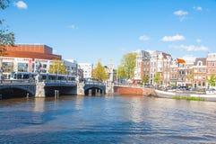 30 Amsterdam-april: Blauwbrug en Nederlandse Nationale de Opera & het Ballet op de achtergrond op 30,2015 April Royalty-vrije Stock Afbeelding