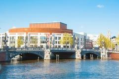 30 Amsterdam-april: Blauwbrug en Nederlandse Nationale de Opera & het Ballet op de achtergrond op 30,2015 April Royalty-vrije Stock Afbeeldingen