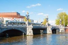 30 Amsterdam-april: Blauwbrug, Nederlandse Nationale de Opera & het Ballet zijn zichtbaar op de achtergrond op 30,2015 April Stock Afbeelding